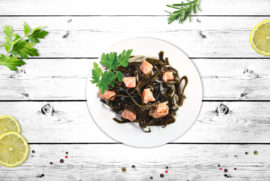 Салат з морської капусти зі шматочками лосося