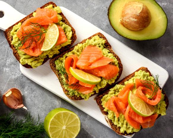 Рецепт: Бутерброди з форелі (сьомги) і авокадо